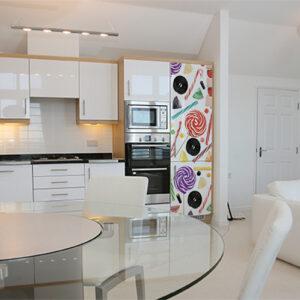 """Réfrigérateur avec autocollant """"Bonbons"""" dans cuisine moderne"""