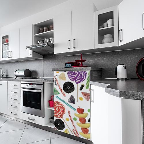 Réfrigérateur de petite taille dans cuisine équipée avec sticker