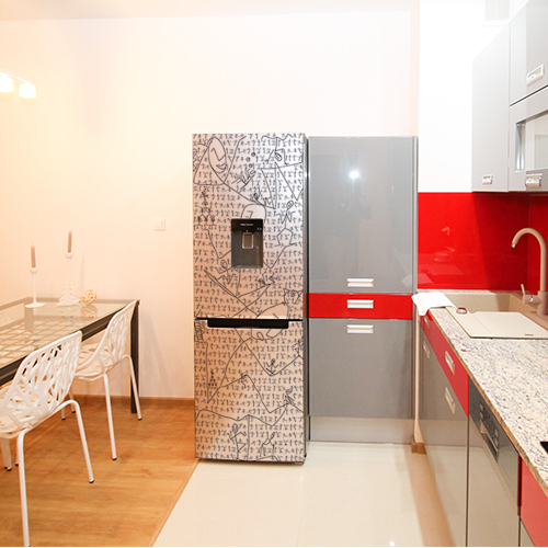 Autocllant pour grand frigo taille standard thème bonhomme traits noir et blanc dans cuisine équipée rouge et grise
