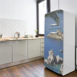 """Réfrigérateur avec autocollant """"Bord de mer"""" dans cuisine équipée"""