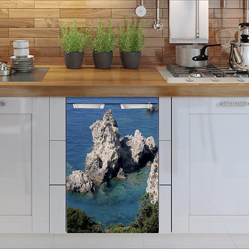 Mini réfrigirateur dans cuisine simple avec sticker