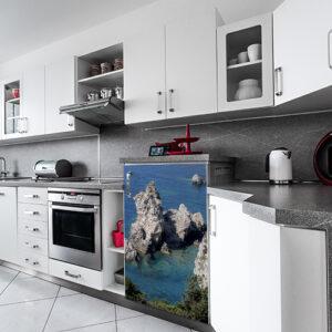 "Mini réfrigirateur dans cuisine moderne avec sticker ""Bord de mer"""