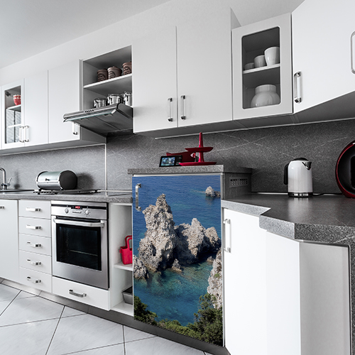 Mini réfrigirateur dans cuisine moderne avec sticker