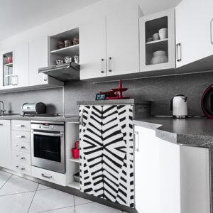 "Sticker mini-frigo ""Zébrure"" dans cuisine moderne grise et blanche"