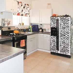 """Réfrigérateur américain avec sticker """"Zébrure"""" dans cuisine équipé"""