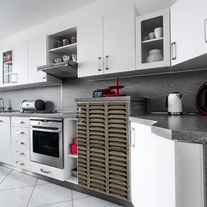 """Cuisine aménagée avec sticker """"Volet"""" pour mini réfrigérateur"""