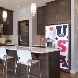 """Cuisine moderne avec frigo américain décoré par sticker """"USA"""""""