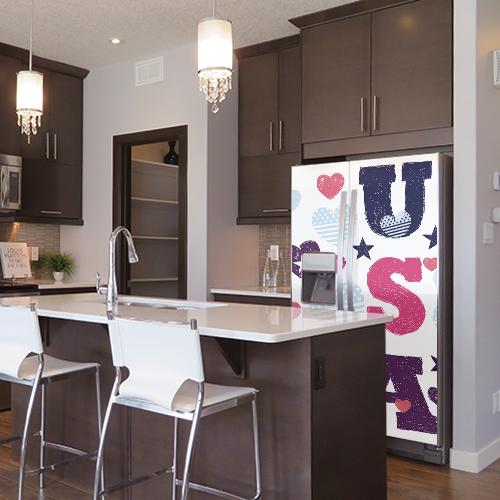 Cuisine moderne avec frigo américain décoré par sticker