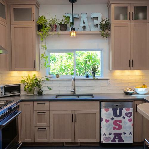 Sticker USA sur un lave-vaisselle dans une cuisine moderne