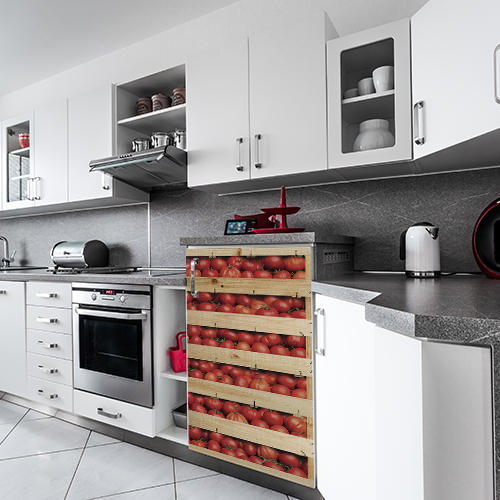 """Mini réfrigérateur avec sticker """"Tomates"""" dans cuisine moderne"""