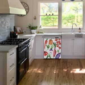 """Lave-vaisselle dans cuisine lumineuse avec autocollant """"Légumes aquarelle"""""""