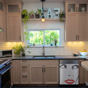 """Sticker """"Scarlette"""" sur lave-vaisselle de cuisine aménagée"""