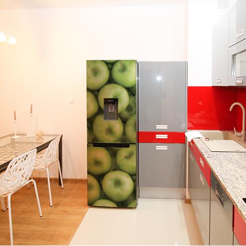 Adhésif pour frigidaire classique sur le thème pommes vertes dans une cuisine moderne avec des tons rouges et gris