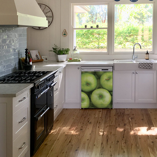 Sticker pommes pour lave vaisselle dans une cuisine simple avec un chat