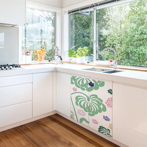 Sticker à fleurs pour placards dans cuisine blanche et lumineuse