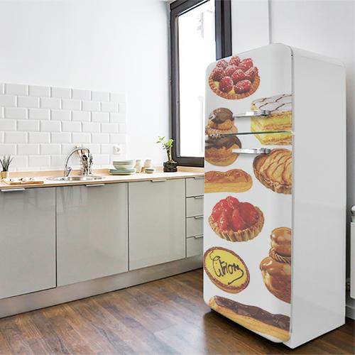 Sticker patisserie pour frigo américain dans une cuisine moderne et lumineuse