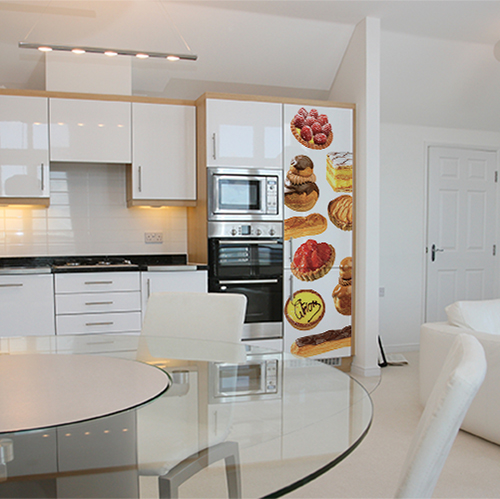 Sticker patisserie pour frigo américain dans cuisine grande et lumineuse