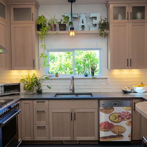 Sticker patisserie pour lave vaisselle dans une cuisine familiale et en bois