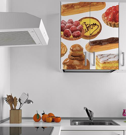 Sticker patisseries pour placards au dessus de l'évier d'une cuisine blanche