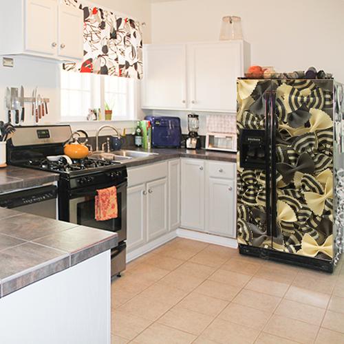 Sticker adhésif Pâtes posé sur un frigo dans une cuisine classique de maison