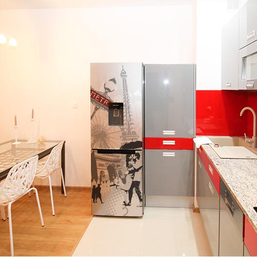 Sticker autocollant Paris posé sur un grand frigo dans une cuisine au ton rouge