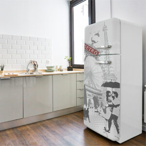 Sticker autocollant Paris posé sur un grands frigo dans une cuisine simple