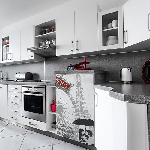 Sticker posé sur un petit frigo dans une cuisine grise et blanche moderne thème Paris couleur rouge et gris