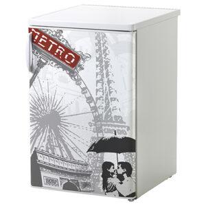 Sticker autocollant collé sur un petit frigo blanc classique Paris
