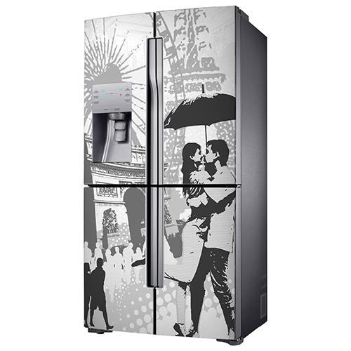 Sticker adhésif Paris posé sur un frigo américain gris en inox