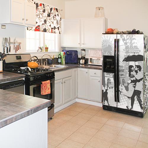 Sticker posé sur un frigo de la gamme Paris dans une cuisine classique