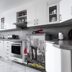 Sticker autocollant pour petit frigo New York dans une cuisine moderne
