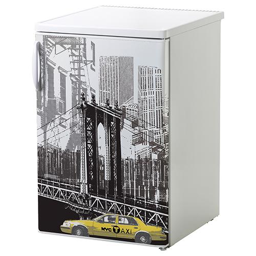 Sticker New York posé sur un petit frigo blanc d'appartement