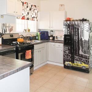 Sticker adhésif New York pour frigo américain dans une cuisine ancienne
