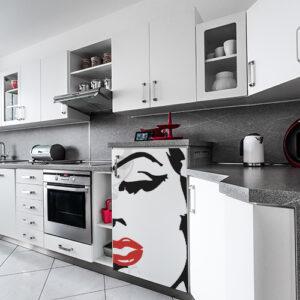 Sticker autocollant Marilyn dans une cuisine moderne gris et blanche repositionnable et simple à coller