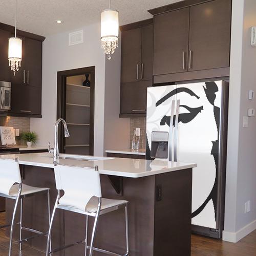 Sticker posé sur un frigo américain Marilyn dans une cuisine moderne facile à coller