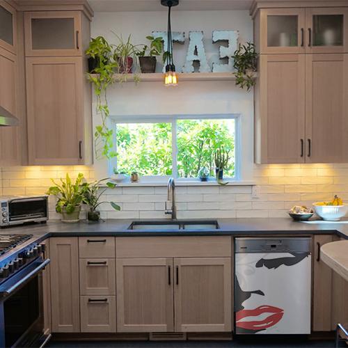 Sticker posé sur un lave-vaisselle dans une cuisine moderne Marilyn