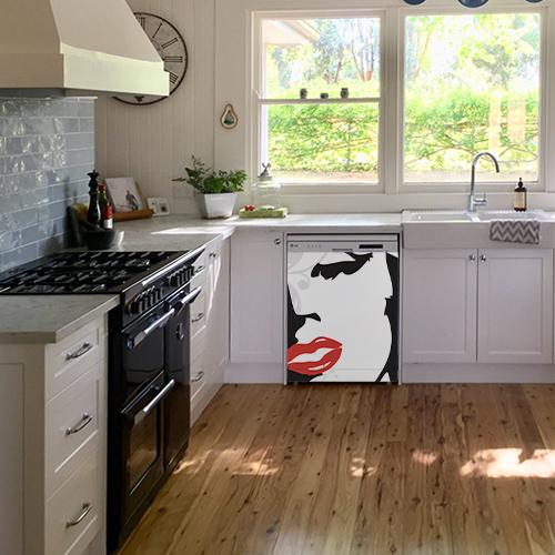 Sticker posé sur un lave-vaisselle dans une cuisine ancienne Marilyn