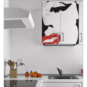 Sticker posé dans un placard de cuisine Marilyn