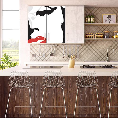 Sticker posé sur un placard à côté d'une table de cuisine gamme Marilyn
