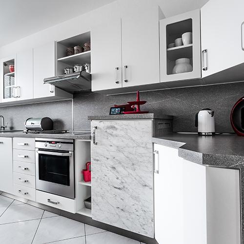 Sticker pour petit frigo Marbre dans une cuisine moderne