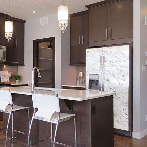 Sticker autocollant marbre posé sur un frigo dans une cuisine moderne sur un ton marron