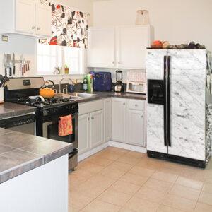 Sticker adhésif Marbre posé dans une cuisine sur un frigo dans une cuisine de maison chaleureuse