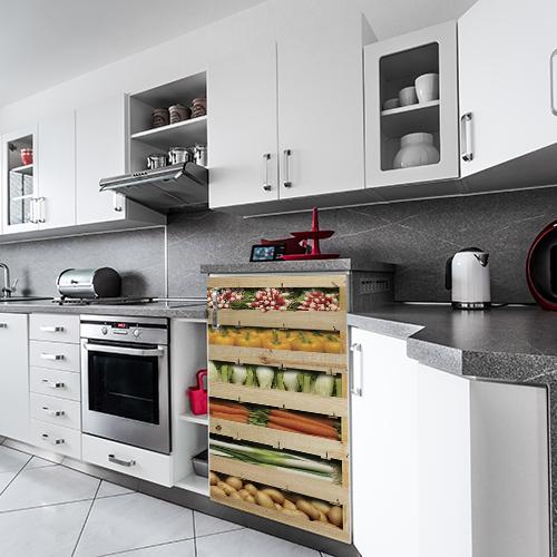Adhésif décoration cuisine en bois cagette de légumes pour lave vaisselle ou frigo dans une cuisine moderne blanche et grise