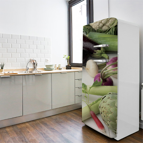 Sticker adhésif légumes verts pour décoration de frigo blanc dans une cuisine moderne
