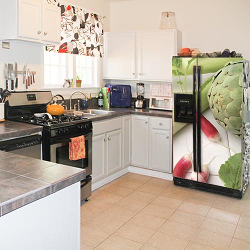 Sticker adhésif légumes verts pour déco de grand frigo noir dans une cuisine