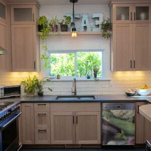 Sticker autocollant décoration légumes verts pour lave vaisselle dans une cuisine en bois
