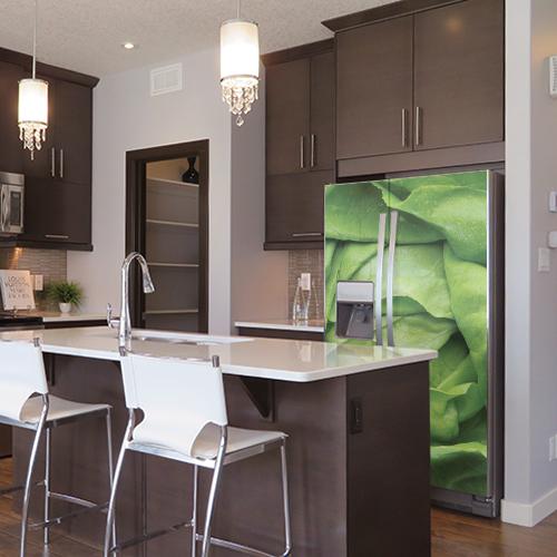 Sticker autocollant salade verte pour décoration de frigo américain dans une cuisine moderne