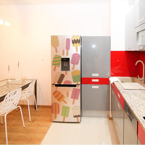 Adhésif coloré sorbet collé sur la porte d'un grand frigo standard