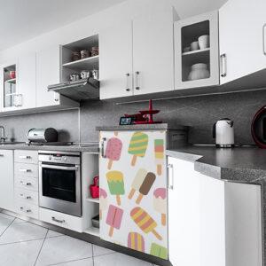 Petit frigo moderne décoré avec un sticker autocollant mosaique de sorbets