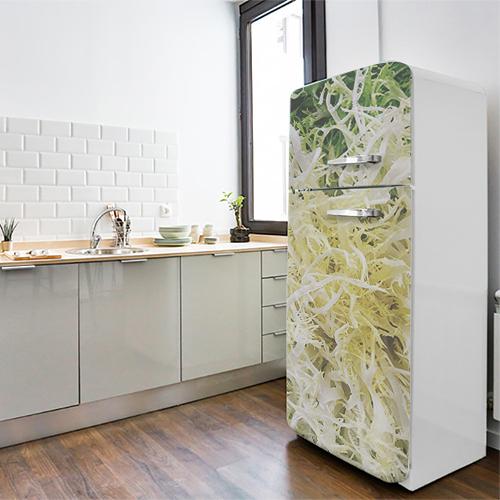 Grand frigo blanc orné d'un sticker autocollant salade frisée
